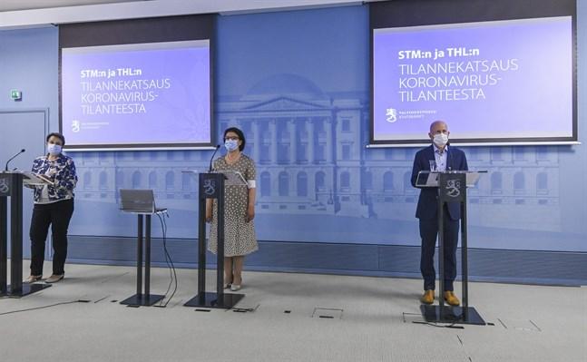 Kirsi Varhila och Liisa-Maria Voipio-Pulkki från Social- och hälsovårdsministeriet samt Otto Helve från Institutet för hälsa och välfärd på torsdagens presskonferens.