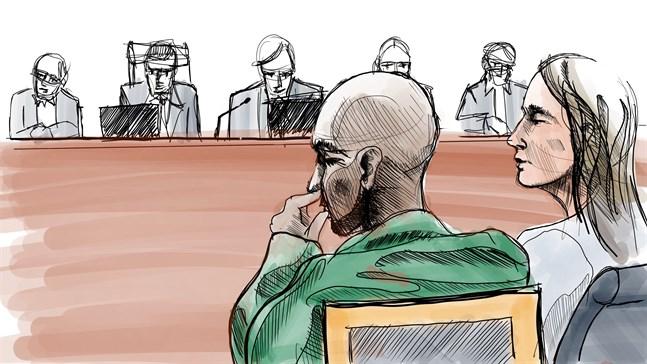 Illustration av Yasin Mahamoud och advokaten Frida Wallin från huvudförhandlingen som ägde rum i säkerhetssalen i Stockholms tingsrätt.