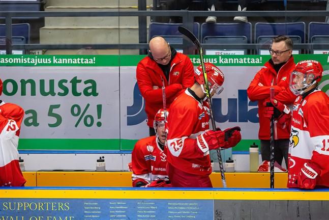 Sport lyckades inte upprepa finalbragden från 2020. Här är det besvikna miner hos tränaren Risto Dufva (i mitten) och assisterande tränaren Juuso Hahl (till höger).