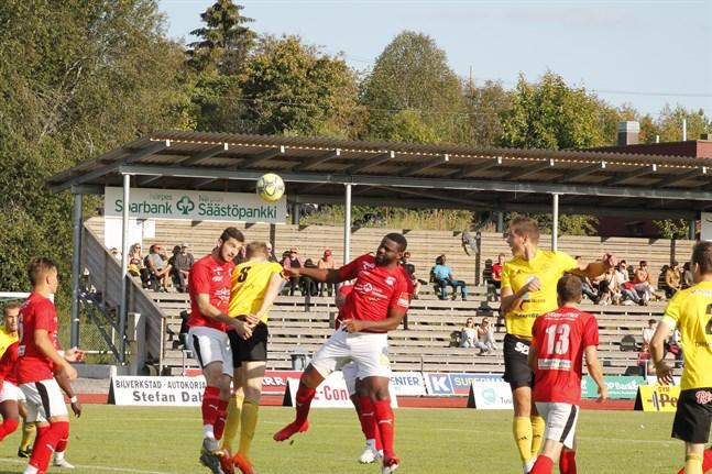 Sporting Kristinas försvar hade fullt upp mot FC Kiisto som kom till Kristinestad och tog tre poäng. Här är det Adam Ziazikov och Junior Oyono som försöker nå bollen på en hörna.