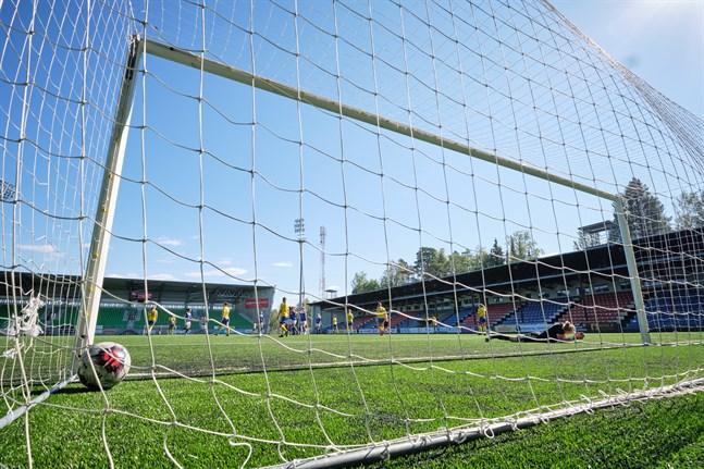 Fifa kräver att konstgräsplaner är i toppskick för att utfärda ett certifikat som ger rätt att ordna internationella matcher och ligamatcher.