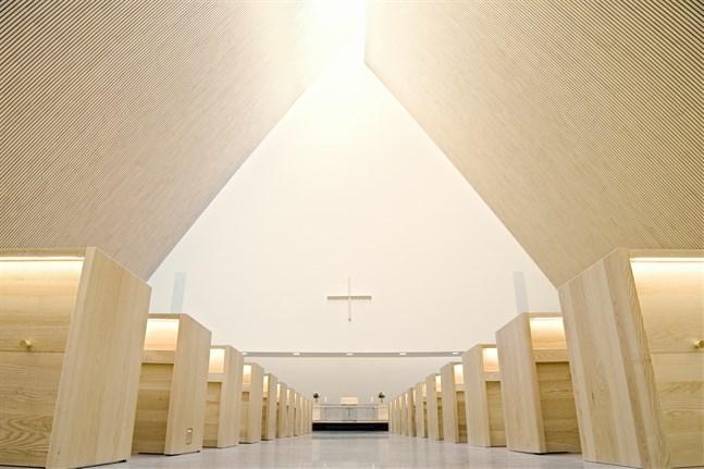 Än fylls inte bänkarna i den nya kyrkan i Ylivieska. Coronapandemin men även en viss skepsis hos en del av lokalbefolkningen höjer tröskeln. Andra jublar över den moderna kyrkan.