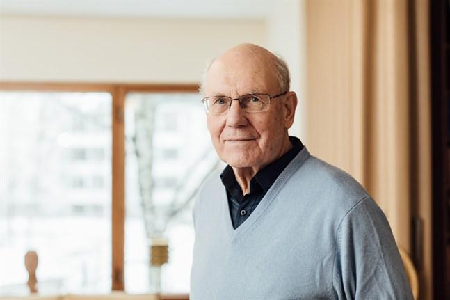 Författaren Per-Erik Lönnfors är något av en grand old man inom finlandssvensk journalistik och medieledarskap.