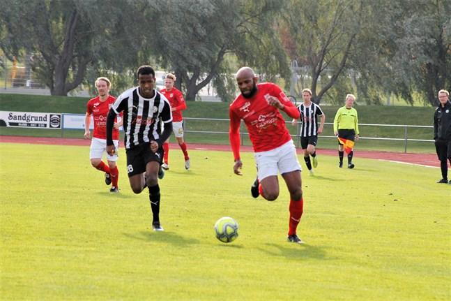 Ousman Jallow gjorde två mål i säsongsdebuten för Sporting. Problemet var bara att Kristinestadslaget släppte in fyra mål i Karleby.