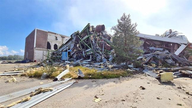 Så här ser oljekraftverket ut efter smällen. Sprängningen genomfördes av företagen Ykkösräjäytys och Lotus Demolition.