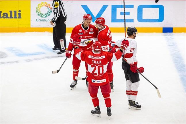 Victor Westermarck (längst till vänster) nätade mot Ässät i träningsmatchen 13 augusti. Han är sjunde back i kväll.