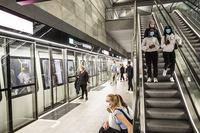 Tunnelbaneresenärer i munskydd i Köpenhamn. Arkivbild.