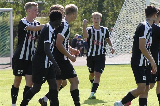 Kasperi Polvilampi har nyss gjort 0–1 för VPS Akatemia mot Kaskö IK och spelarna är framme för att gratulera.