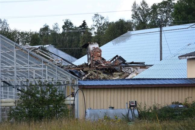 Branden i värmecentralen i Pjelax fick byggnaden att delvis rasa ihop.