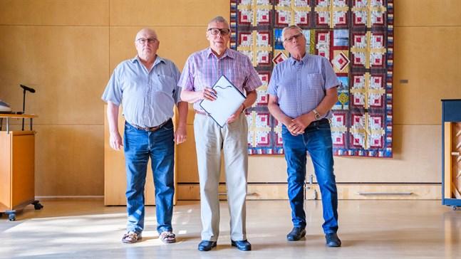 Motivationen till att vara föreningsaktiv påverkats till det sämre under pandemin, tycker Fjalar Möuts, ordförande för Kvevlaxnejdens pensionärsklubb, Håkan Wikberg, ordförande för Korsholms pensionärsförenings resegrupp och Olle Fransholm, ordförande för Korsholms pensionärsförening.