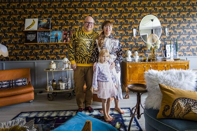 Familjen Sillanpää: Teemu, Johanna och Sebastiina gillar färg. I salen med leopardtapeten står långbordet där de hoppas på många middagar med familj och vänner.