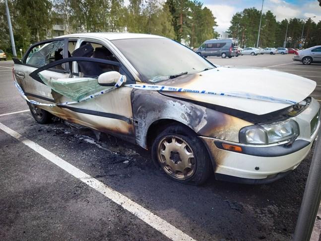 En vit Volvo började brinna på söndagsförmiddagen.
