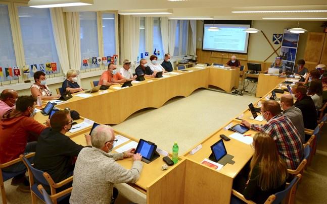 Korsnäs nya fullmäktige valde medlemmar i styrelse, nämnder och övriga uppdrag på måndagskvällen. Mötet öppnades av äldste ledamoten Leif Holmblad.