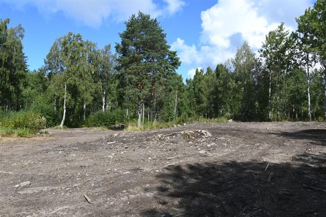 Den olagliga avstjälpningsplatsen väster om Skolbrinken är nu täckt.