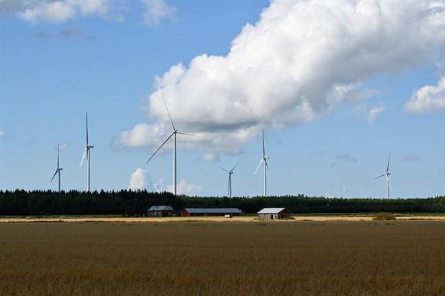 Vindkraften är den främsta orsaken till att klimatutsläppen minskar i Kristinestad och Närpes. På bilden Hedets vindkraftspark i Övermark.