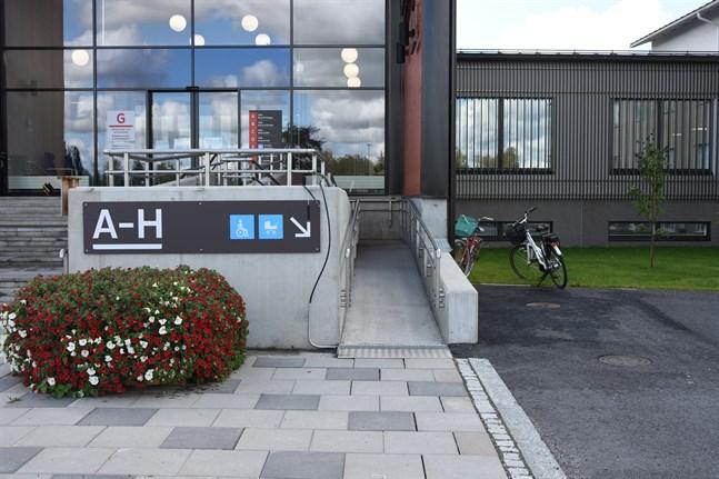 Trots goda föresatser har något gått snett när den nya huvudingången till Närpes servicecenter byggdes. Personer med fysisk funktionsnedsättning upplever att tillträdet till byggnaden är jobbigt.
