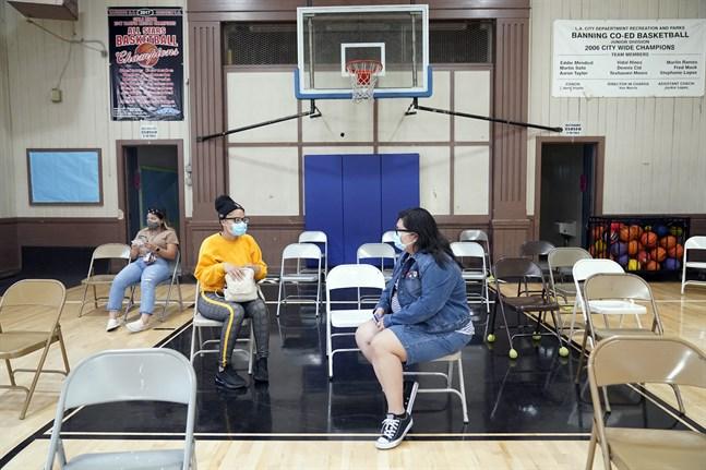 Nyvaccinerade amerikaner vilar efter att ha fått sina sprutor i Wilmingon i Kalifornien. Bilden togs i våras.