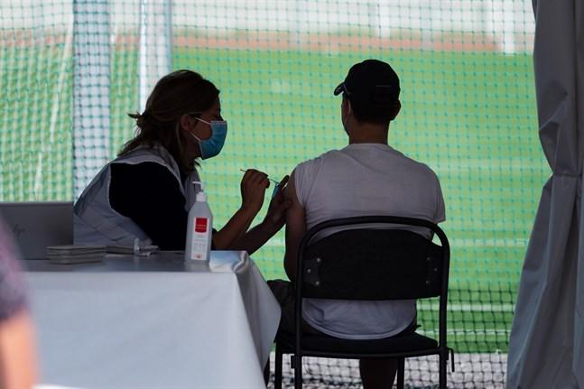 Vaccinering mot covid-19 på Zinkensdamms idrottsplats i Stockholm.