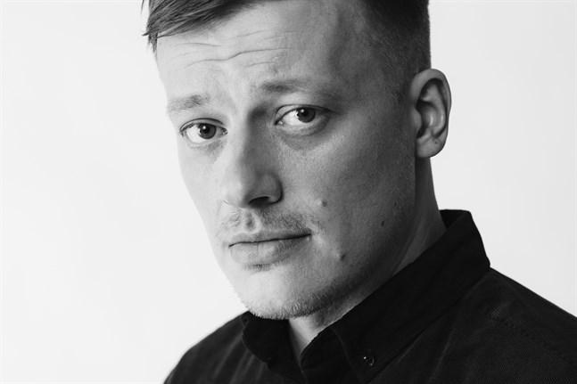 """Kaj Korkea-aho imponerar på ÖT:s recensent med sin roman """"Röda rummet""""."""