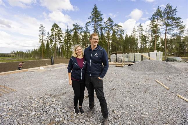 De första husen börjar dyka upp på Söderfjärdsbacken i Malax. Linda och Ben Tuomela har länge vetat att de ska bygga hus precis här.