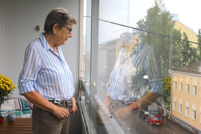 Från balkongen kan Leena Hansson se folk som cyklar på trottoarerna nedanför trots att det inte är tillåtet.