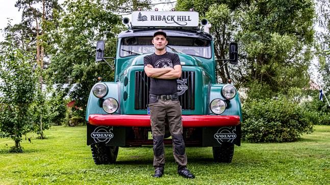 Jonathan Ehrs tänkte först bara svetsa och lappa ihop lastbilen. Det slutade med en totalrenovering.