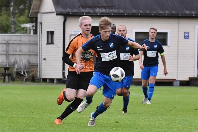 Johannes Sundqvist gjorde två mål i toppmötet. Här jagas han av Sääripotkus Joonas Myllymäki som fick rött kort i 74:e minuten.