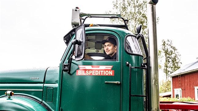 Jonathan Ehrs är glad för att lastbilen gick igenom besiktningen på första försöket.