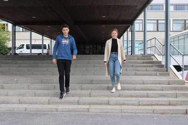 Tiia Risku vill gärna fortsätta studera ekonomi. Hampus Enlund har inte bestämt sig för vad han ska göra. Vid sidan av studierna håller Risku på med ridning, medan Enlund spelar fotboll och jobbar som fotbollsdomare.