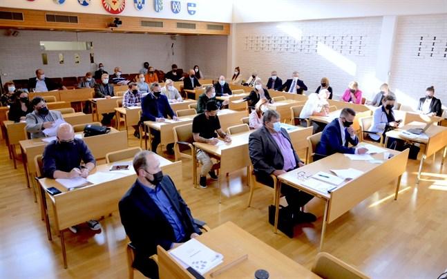 Närpes nya stadsfullmäktige samlades för första gången på måndagskvällen, och valde personer till en lång rad förtroendeuppdrag.