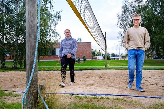 Erica Åminne, Filip Finnila och de övriga medlemmarna i ungdomsfullmäktige har beslutat utmana stora kommunfullmäktige till en volleybollmatch.