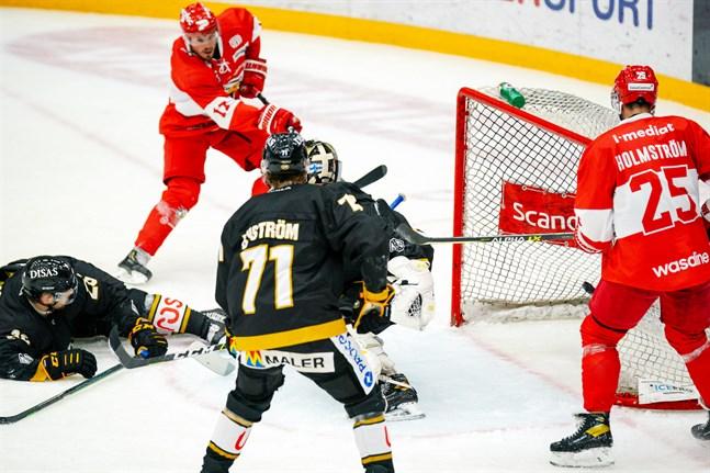 Sebastian Stålberg och Axel Holmström låg bakom ett ruskigt fint powerplay-mål när Sport spelade träningsmatch hemma mot Kärpät för dryga två veckor sedan. Mera sånt.