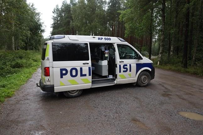 Enheter från polisen är nu på plats vid Molnträsket och söker efter den försvunne Kaj Lundström.
