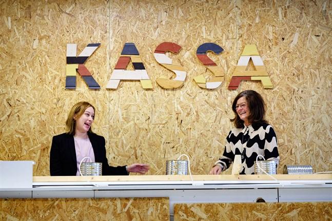 Nyvalda integrations. och sysslesättningschefen Anna Kotka-Bystedt och personaldirektör Eva-Maria Emet gläds åt hur fint det blir i den nya återvinningsbutiken.