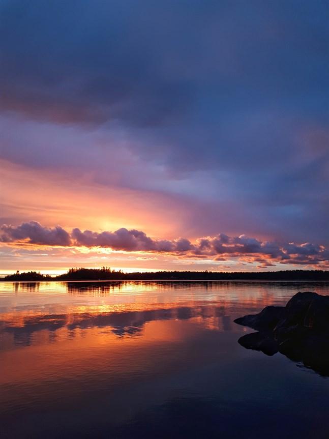 Min östersjöbild är fotad vid solnedgången den 2.8 2021. Platsen är Påttska parken vid Kråkfjärden i Brändö, Vasa.