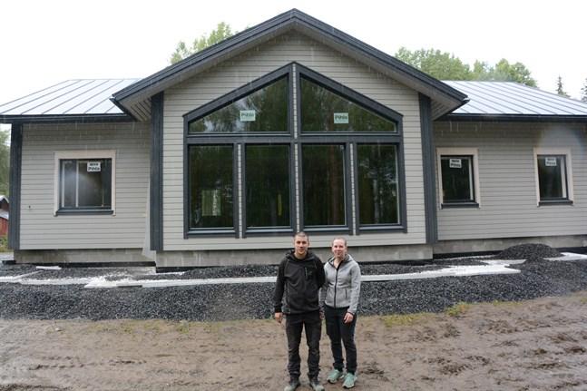 Marina Lassfolk och Manfred Yliluoma hittade en stockhusmodell som de tyckte om. Sedan ändrade de på allt, nästan.