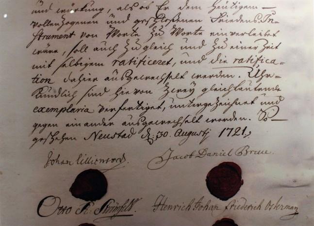 """Fredsavtalet i """"Neustad"""" undertecknades av Johan Lillienstedt och Otto Reinhold Strömfelt för Sverige samt Jacob Daniel Bruce och Henrich Osterman för Ryssland."""