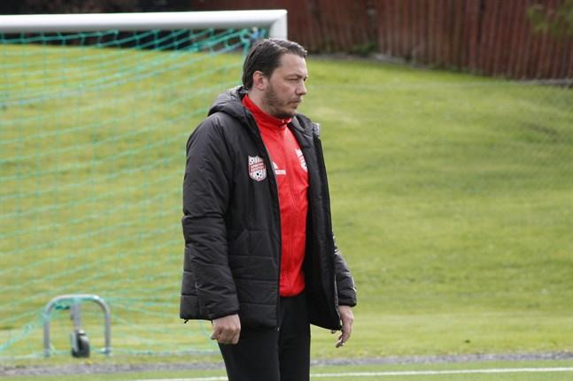 Sportings tränare Richard Lähteenmäki hoppas att hans lag ska klättra upp från bottenträsket i treans nedre slutserie.