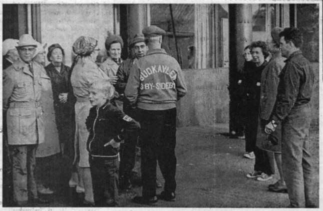 Red. Edvin Forsén med följde (i ledartröjan i mitten) hämtade budkavlen till Ämbetsverkshuset, där Inga Kalberg, som syns till höger, tog över.