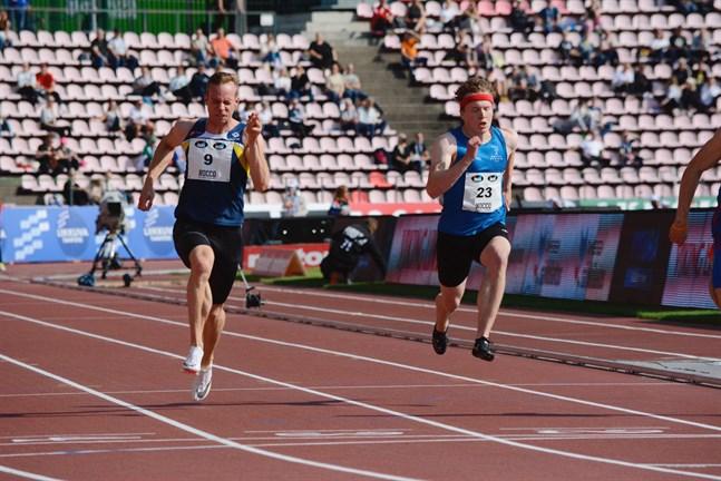 Krafts Aleksi Ala-Prinkkilä (nummer 9) gjorde säsongsbästa i försöken på 100 meter, men det räckte inte till final. Nummer 23 är Eeli Purola från Oulun Pyrintö.