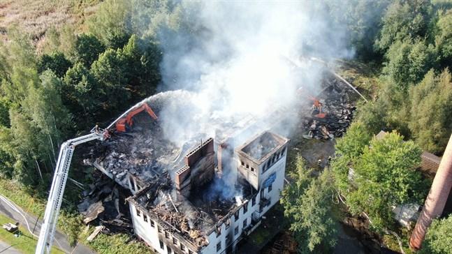 Branden var svårsläckt på grund av byggnadens storlek och rasrisken.