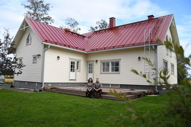 Mattias Böling ville ha rött tak och då planerade Lina Häggblom resten av husets färgskala utgående från det.
