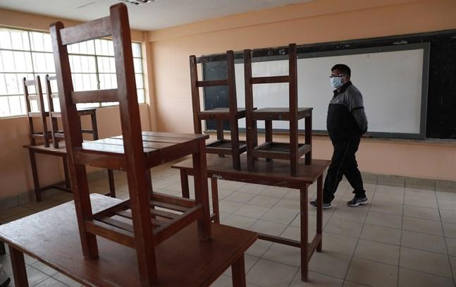 En lärare i ett tomt klassrum i El Alto, Bolivia, där distansundervisning bedrivits under stora delar av pandemin. Bild från februari.