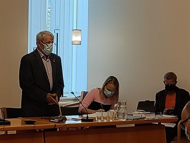 Hans-Erik Lindgren fick som äldst i fullmäktige öppna det första mötet. Till höger Malin Brännkärr och Liane Byggmästar.
