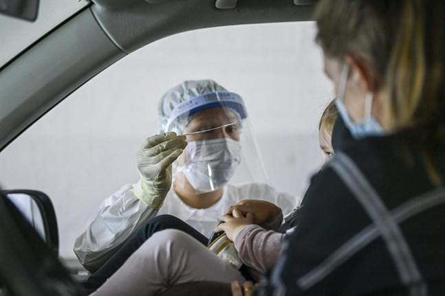 Bilden är från drive in-testning i Helsingfors. Också där sprids coronasmittan bland barn och unga.