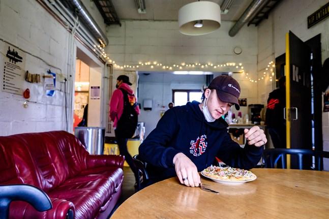 – Vår generation är inte värre eller vildare än tidigare generationer, säger Eric Semskar, 18, som gillar lugnet i Nykarleby och planerar att bo där hela livet.