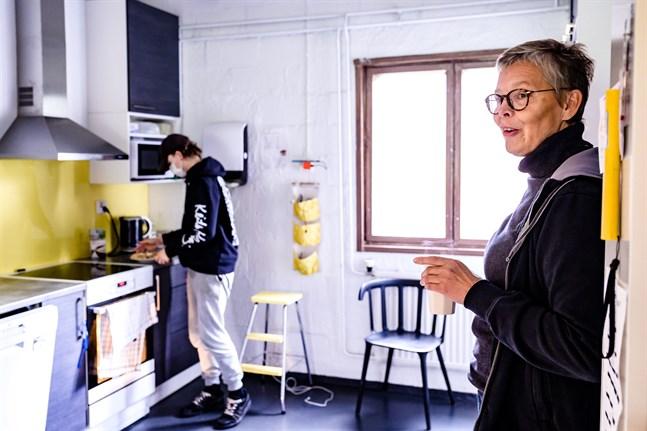 Coronapandemin har krympt utbudet på mötesplatser för unga i Jakobstadsregionen. Ungdomssekreterare Katarina Östman (t.h.) tycker om att finnas till för de unga som besöker Pepparkakshuset i Nykarleby.