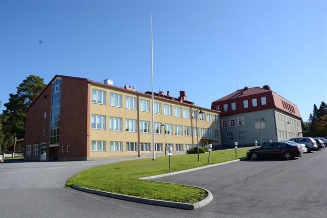 Vid finska gymnasiet och högstadiet i Kristinestad sattes två nya klasser i karantän på torsdagen.