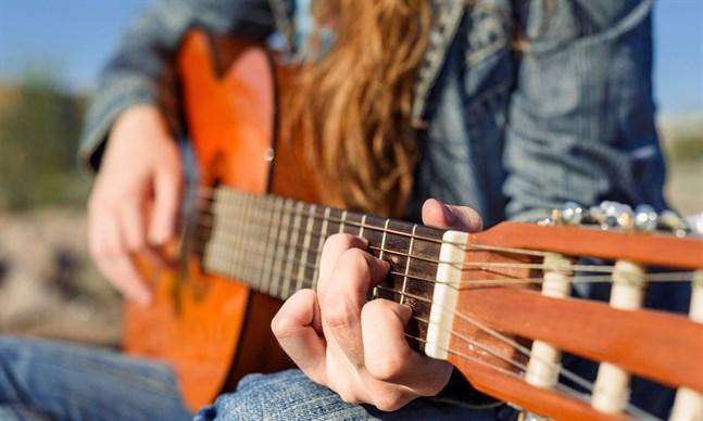 Det är mindre troligt att du får höra en kvinnlig än en manlig artist när Vegas sommarpratare väljer musik till sina sommarprat.