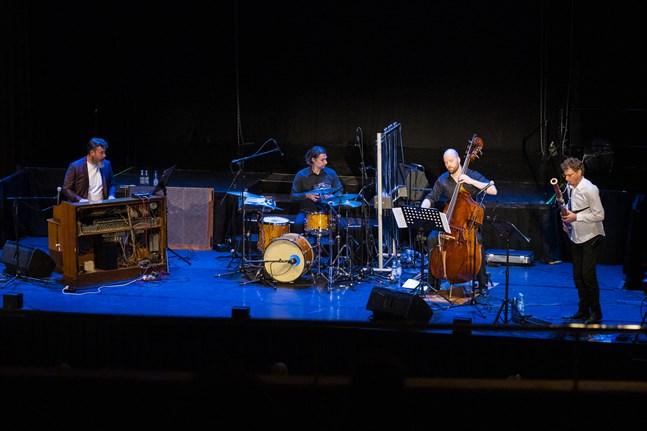 När Orbi står på scenen får instrumenten som ofta förpassas till bakgrunden stå i centrum.
